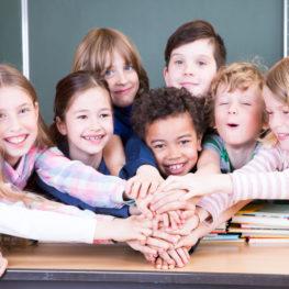 Niños en clase de inglés